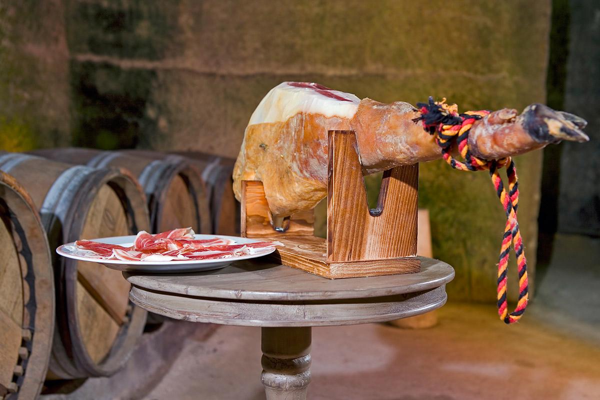 Extremadura vende imagen con sus jamones